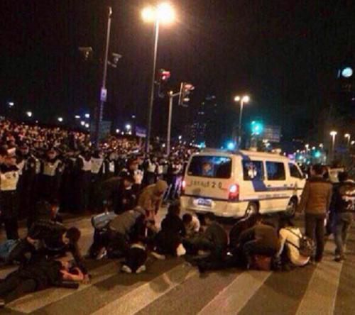 Şanghay'da yılbaşı kutlamaları sırasında çıkan izdihamda 35 kişi hayatını kaybetti (Fotoğraf: Weibo)
