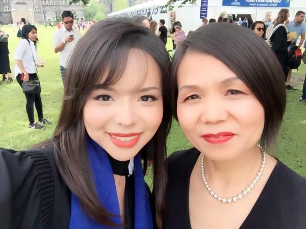 Anastasia Lin ve annesi Lin'in mezuniyet töreninde (Anastasia Lin)