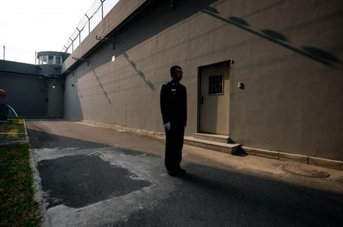 Bir hapishane gardiyanı 25 Ekim 2012 tarihinde Pekin'de bir gözaltı merkezinde (Ed Jones / AFP / Getty Images)