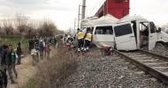 Tren, Öğrenci Servisini Biçti: 1 Ölü, 16 Yaralı