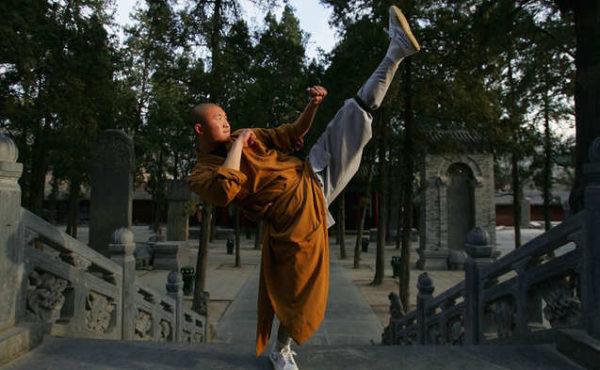 Savaşçı bir keşiş, Wushu becerilerini sergiliyor. Çin dövüş sanatları, bedeni ve zihni birlikte geliştirmektedir.