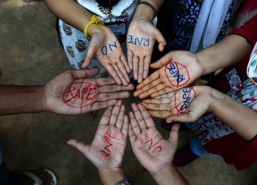 Kadına tecavüzün en yoğun yaşandığı ülkelerden biri olan Hindistan'da Hintli öğrencilerin protestosu; Haydarabad, Hindistan 13 Eylül 2013 (NOAH SEELAM/AFP/Getty Images)