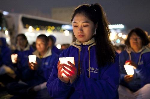 Resim: Falun Dafa uygulayıcıları 25 Nisan 2014 tarihinde New York'ta Çin Konsolosluğu önünde barışçıl bir protesto gösterisi yapıyor (Samira Bouaou/ Epoch Times)