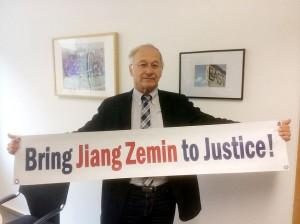 Martin Patzelt, halka Jiang'a karşı açılan davaları desteklemek için dilekçeyi imzalamalarını söyleyerek, kişisel web sitesine bu resmi koydu