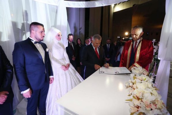 Başbakan Yıldırım yeğenin nikahında şahit olarak imza atarken. (İHA/İSTANBUL)