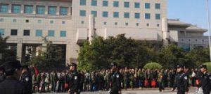 Pekin'de İşten Atılan 15.000 Asker Hükümeti Protesto Etti