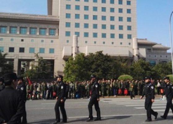 11 Ekim'de Pekin Savunma Bakanlığı önündeki asker protestosu.(Foto:Ekran Görüntüsü / Weibo)
