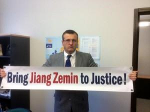 Romanya Avrupa Parlamentosu insan hakları komite üyesi Cristian Dan Preda, Falun Gong uygulayıcılarının cesaretine hayran oldu. Preda, Çin'deki zorla organ hasadını kınayan 2013 yılı Aralık ayında AP yasa tasarısını öneren destekçilerden biri oldu