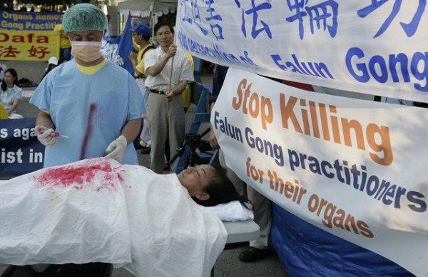 New York'taki Birleşmiş Milletler Genel Merkezi önünde, Falun Gong uygulayıcılarının maruz kaldığı yasadışı organ ticaretinin canlandırılması. (Foto: AFP/Getty Images)