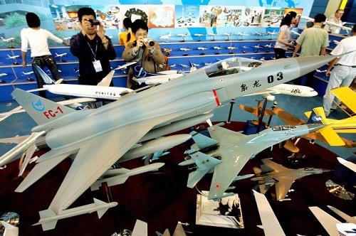 Çin yapımı FC-1 savaş uçağı yakın zamanda belki Arjantin ile ortak üretilecek. (Fotoğraf: Mike Clarke / AFP / Getty Images)
