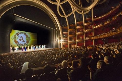 Dolby Müzik Salonunda Shen Yun uzun süre ayakta alkışlandı. Tekrar tekrar sahneye çağrıldı (Epoch Times)