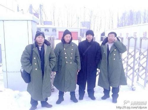 Dört cesur avukat, geçen yıl Jiansanjiang'daki beyin yıkama merkezinde tutuklu müvekkillerinin serbest bırakılmasını talep ettikleri için tutuklanıp işkence gördüler. (Fotoğraf: Ekran Weibo)