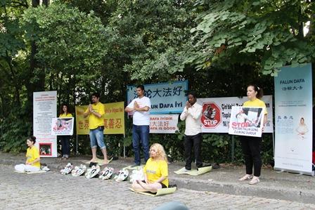 19 Temmuz, Istanbul - Türkiye'deki Falun Gong uygulayıcıları Çin'de 15 yıldır devam eden zulmün durdurulması çağrısında bulundular.