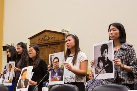 Komünist rejimi tarafından tutuklanan inanç mahkumlarının kızları ABD Parlamentosu Dışişleri Komitesi önünde 5 Aralık 2013'te tanıklık için ifade verdiler. Daha sonra babalarının fotoğraflarını basına gösterdiler (soldan sağa sırasıyla Lisa Peng, Grace Ge Geng, Ti-Anna Wang, Chen Bridgette ve Daniella Wang.