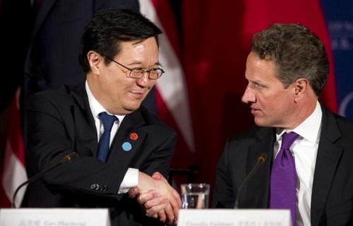 Çin Ticaret Bakanı Gao Hucheng oğlunun işten atılmaması için elinden geleni yaptı. Fotoğrafta Çin Ticaret Bakanı, ABD Hazine Sekreteri Tim Geithner ile birlikte. (Fotoğraf: Jim Watson / AFP / Getty Images)