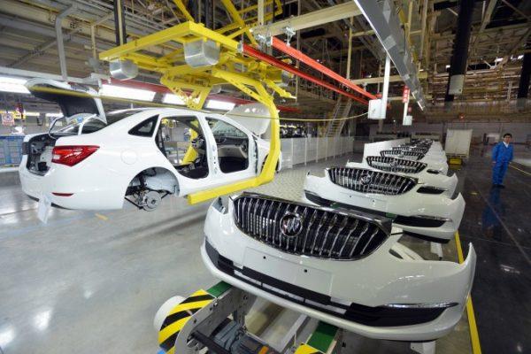 Buick arabalar GM'nin Wuhan'daki Hubei ilinde bulunan araba fabrikasında monte edilirken. Ocak 2015 (STR/AFP/Getty Images)