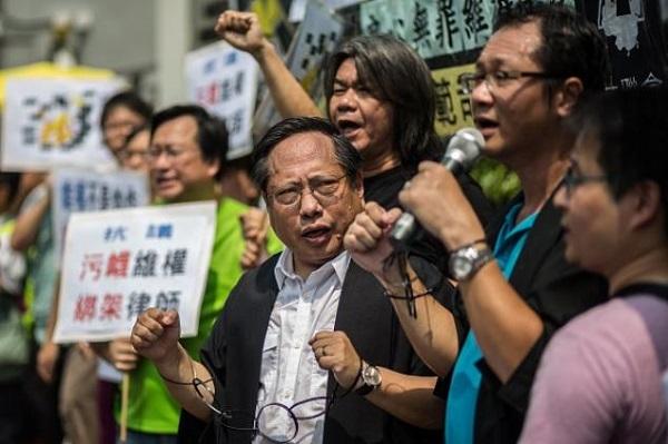 Avukat tutuklamalarına karşı protesto: 12 Temmuz'da  Hong Kong'da Demokrat Parti ve destekçilerinin avukatı olan Albert Ho'nun tutuklanma dalgasına karşı gösteri (Fotoğraf: ANTHONY WALLACE / AFP / Getty)