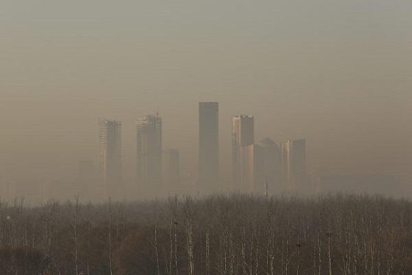 Pekin'deki yoğun sis ticaret merkezi olan gökdelenleri sarmış durumda. (Fotoğraf 31 Aralık 2016 çekildi. Lintao Zhang, Fotoğraf / Getty Images)