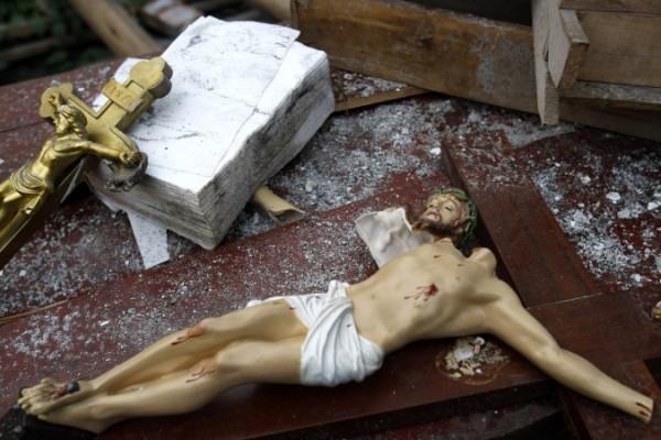 31 Mayıs günü Sichuan eyaletinin Pengzhou şehrinin Bailu kasabasında 31 Mayıs 2008 tarihinde yok edilen bir kilisenin enkazı arasında tahrip olmuş iki haç (Gety Images/ Çin fotorğafları)
