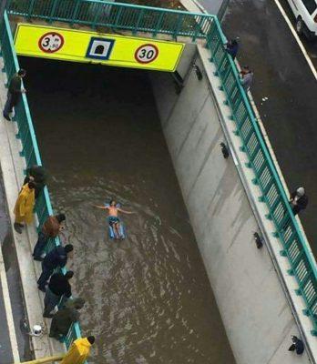 Ergün Tosun battı çıktı kavşakta yüzerken (Fotoğraf:Anonim)