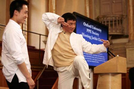 Jackie Chan 2008 yılında Oxford Üniversitesi'nde bir konuşma sırasında Kung Fu pozu verirken (Screenshot/takungpao.com)