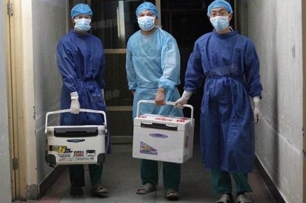 2012 yılında Henan Eyaletindeki bir hastanede organ nakil kutuları ile doktorlar.