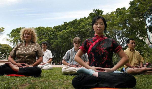 Parkta meditasyon (OLIVIER Chouchana / AFP / Getty Images)