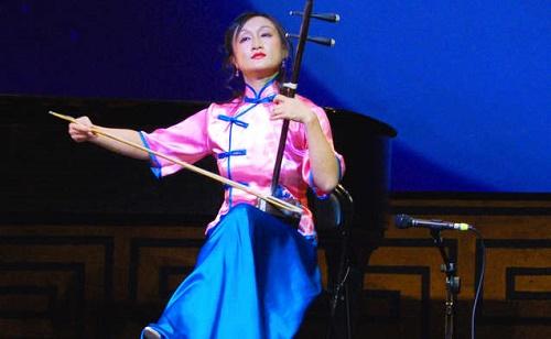 """Sanatçı Xiaochun Qi ve geleneksel Çin müzik enstrümanı """"Erhu"""" (Fotoğraf: The Epoch Times)"""