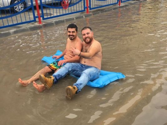 Ali Mutluay ve Ergün Tosun Mersin battı-çıktı kavşağında yüzerken (Fotoğraf:Anonim)