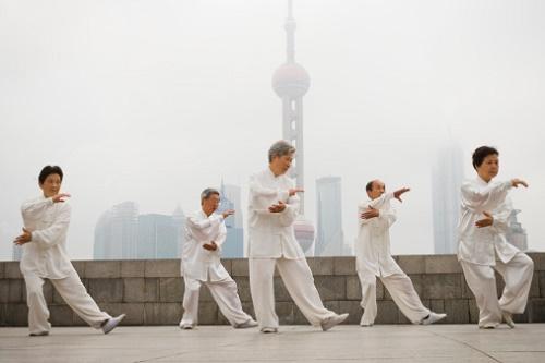 Bir grup insan Tai-Chi Chuan egzersizi yaparken (Getty images)