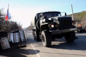 3 Mart 2014, Ukrayna - Rus plakalı bir askeri araç Sivastopol ve Simferopol arasındaki ana yolda yer alan kontrol noktasından geçerken (Sean Gallup/Getty Images)