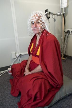 2012 yılında Wisconsin Üniversitesi nörologları, Tibetli keşiş Matthieu Ricard'ın kafatasına 256 sensör takmışlardır. 5 Haziran 2008. (Jeff Miller)