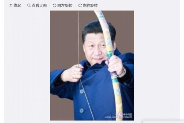 Sina Weibo sosyal paylaşım sitesinde paylaşılan ve Ji Xinping'i bir yayı gererken gösteren fotoğraf (Weibo.com)