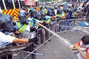 Hong Kong'da Demokrasi Gösterilerine Karşı Polis Şiddeti