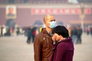 5 Kasım 2013, Pekin'deki Tiananmen meydanında iki genç hava kirliliği yüzünden yüzlerini kapatıyor. (WANG ZHAO/AFP/Getty Images)
