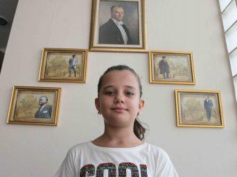 Ata'nın Fotoğraflarını Bayraklı'ya Bağışladı