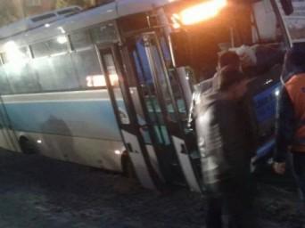 Belediye Otobüsü Belediyenin Açtığı Çukura Düştü