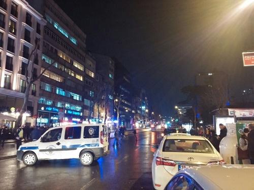 Cevahir Alışveriş Merkezine yakın bir sokakta bomba ihbarı panik yarattı  (A. Aida, Epoch Times)