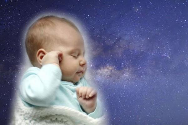 Uyuyan bir bebek fotoğrafı (ChristinLola/iStock) arka plan: (Isarescheewin/iStock)