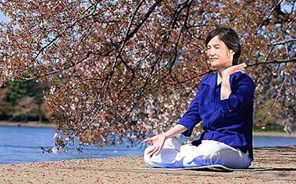 Dingin duruma girmek: Fotoğrafta bir uygulayıcı 5nci takım egzersizi, tam lotuspozisyonunda meditasyon yapıyor. Diğer 4 takım egzersiz ise, ayakta yapılıyor.