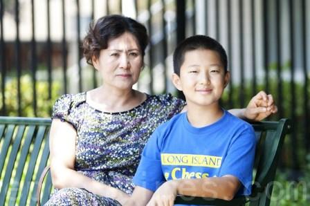 Çinli insan hakları avukatı Gao Zhisheng'in eşi Geng He ve oğlu Tianyu. 5 Ağustos, Kaliforniya  (Ma Youzhi / Epoch Times)