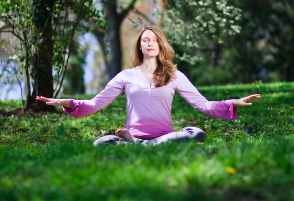 Meditasyon yapan Falun Dafa uygulayıcısı (Jeff Nenarella/Epoch Times)