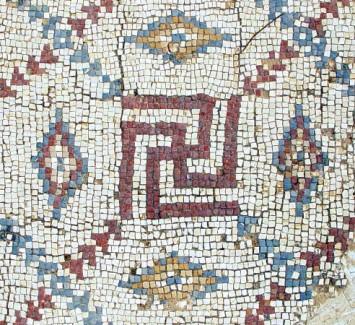 İsrail'de bulunan bir kilisede mozaik şeklinde yapılmış Swastika (Wikimedia Commons)