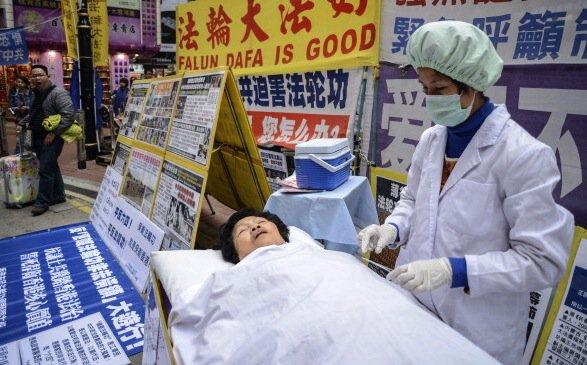 Bir Falun-Gong etkinliği sırasında, yasa dışı organ ticaretinin canlandırması. Fotoğraf: ANTONY DICKSON / Getty Images