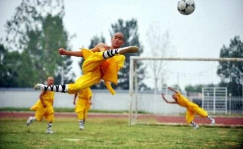 Modern Shaolin keşişleri Henan eyaletinde futbol gösterisi sunuyorlar. (Fotoğraf: STR / AFP / Getty Images)