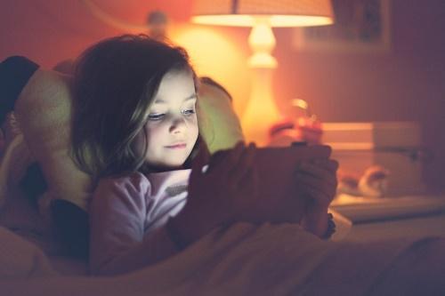 Yapılan araştırmaya göre, uykudan önce iPad veya tablet ile okuma yapmak uyku bozukluğuna sebep oluyor. (Fotoğraf: Getty Images)