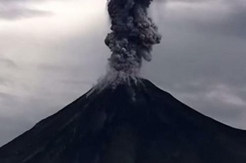 Meksika'da Colima yanardağı patladı. Patlama sırasında ilginç görüntüler kaydedildi.  (Youtube/screenshot)