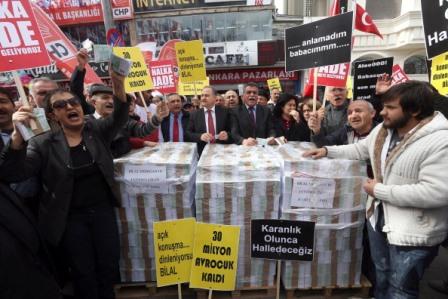 yolsuzluk operasyonu sonucu serbest bırakılanlar için Ankara'da gösteriler yapıldı  (ADEM ALTAN/AFP/Getty Images)